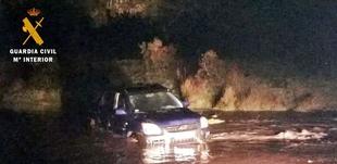 Rescatan a tres personas que se vieron atrapadas en su vehículo en un arroyo