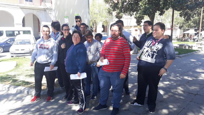 Plena Inclusión Don Benito realiza una pegada de carteles dentro de la campaña   #MiVotoCuenta