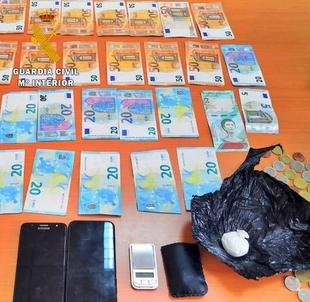 La Guardia Civil detiene a una persona por transportar oculta en su equipaje 13 gramos de cocaína, una balanza de precisión y 1.335 euros