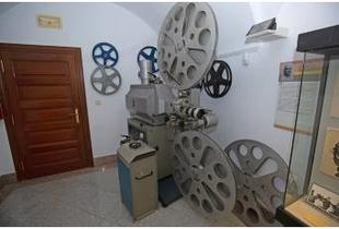 """La Diputación expone, en el Museo Pedrilla, un proyector cinematográfico de """"la edad de oro"""" del cine en Cáceres"""