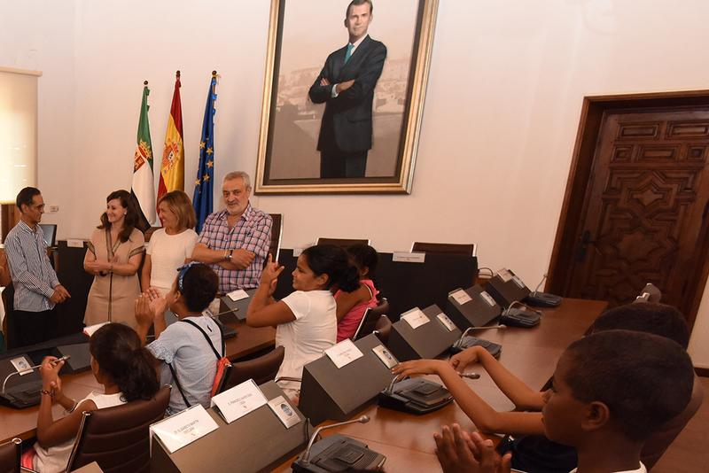 """Niñas y niños saharauis del programa """"Vacaciones en Paz"""" visitan la Diputación"""