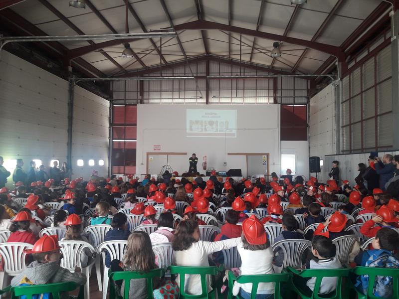 Los bomberos del Parque de Puebla de la Calzada enseñan a la población escolar técnicas de RCP y primeros auxilios