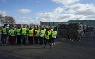 Mayores de Vegas Bajas visitan el ecoparque de Mérida para conocer el tratamiento de los residuos