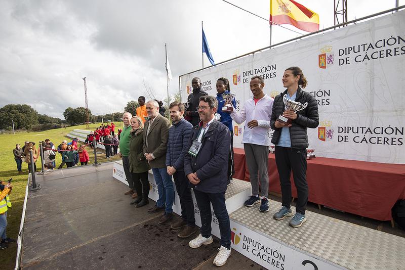 Thomas Ayeko, Absoluta hombres y Sarah Chelangat, Absoluta mujeres, ganadores del Gran Premio Cáceres de Campo a Través