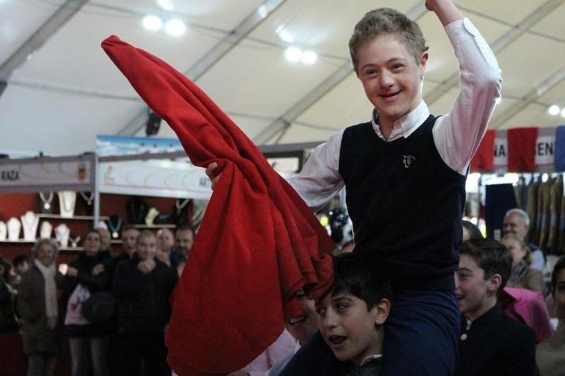 El alumno de la Escuela de Tauromaquia de la Diputación de Badajoz, Jaime Alcón, recibe un homenaje de todos sus compañeros