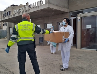 La Guardia Civil dona gafas de protección a distintos centros sanitarios y residencias