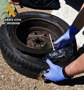 La Guardia Civil interviene oculta en el interior de la rueda de repuesto de un vehículo, más de 10 kilos de hachís