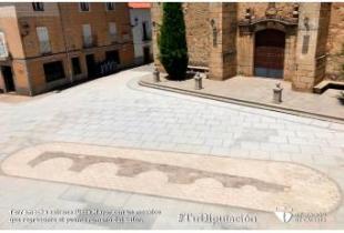 Torremocha estrena Plaza Mayor con un mosaico que representa el puente romano del Salor