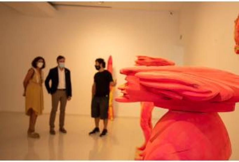 El mundo de madera y policromía de Kiko Miyares abre la nueva temporada de la Sala de Arte El Brocense