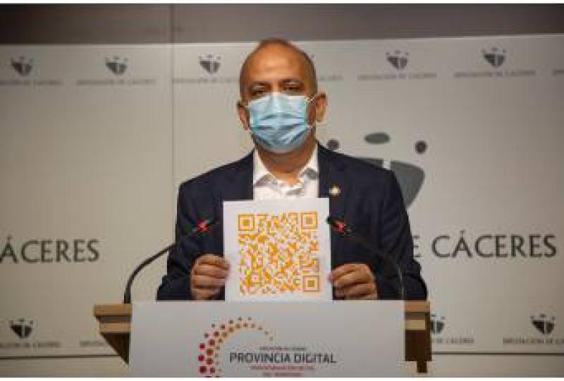 Santos Jorna muestra el QR para acceder al Plan Director Provincia Digital