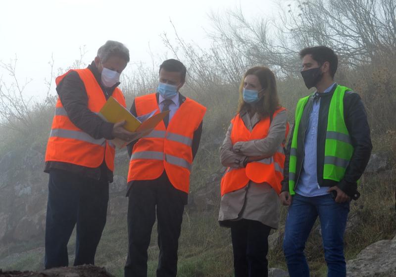 El presidente de la Diputación de Badajoz visita las obras de mejora de la accesibilidad al castillo de Magacela