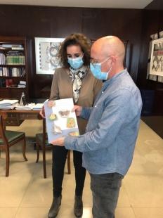 La consejera para la Transición Ecológica y Sostenibilidad recibe un ejemplar del libro 'Los ropalóceros de Monfragüe'
