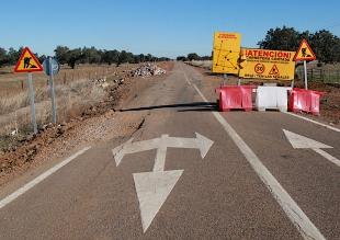 Corte en la carretera provincial BA-079, de Hornachos a Hinojosa del Valle