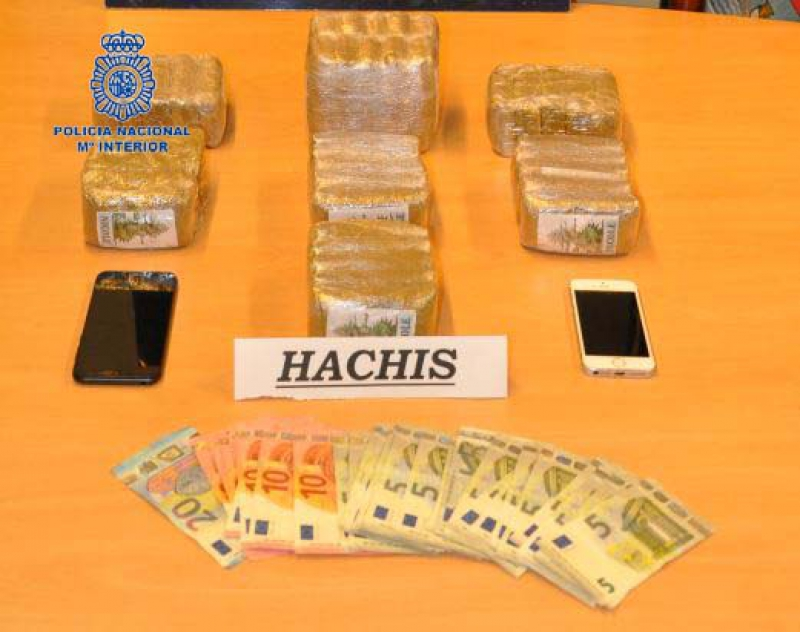La Policía Nacional detiene a un hombre que portaba más de 4 kilos de hachís en su vehículo