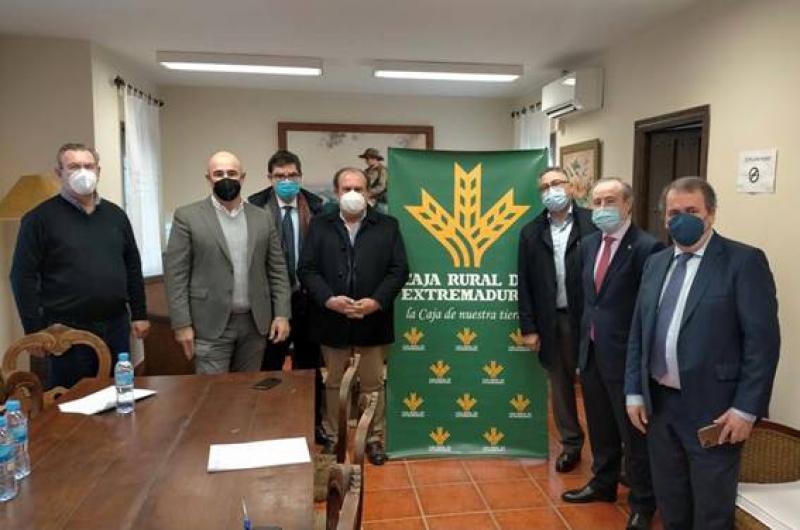 Caja Rural de Extremadura firma con CIBEX la participación en la financiación   de la construcción del complejo de transformación del ibérico de Zafra