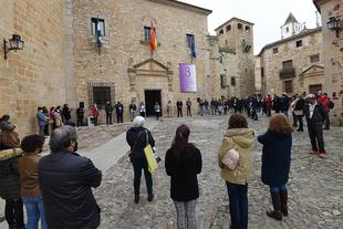 Una rosa recuerda a Charo Cordero en la concentración a las puertas de la Diputación de Cáceres, por su lucha por la igualdad