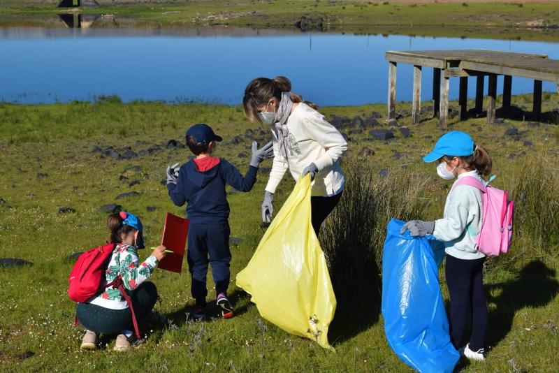 Voluntarios retiran 400 kilos de basura abandonada a orillas de una docena de ríos y embalses
