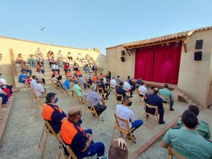 El presidente de la Diputación visita la corrala de comedias de Montemolín, que vuelve a levantar el telón 70 años después