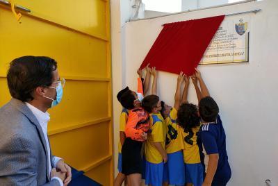Solana de los Barros ya dispone de un campo de fútbol de césped artificial fruto del 'esfuerzo del mundo rural'