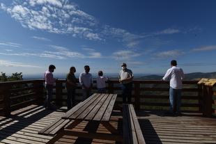 El presidente de la Diputación visita el mirador de Cuacos de Yuste y destaca la importancia de trabajar por 'un turismo sostenible y de calidad'