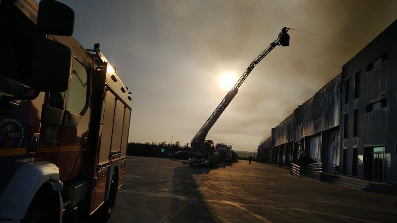 Siete parques de bomberos del CPEI han intervenido en las labores de extinción del incendio en las instalaciones de la planta frutícola de Mérida