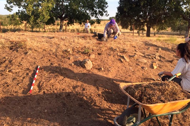"""La V campaña de excavación del proyecto de Pradocastaño trabaja sobre el """"Dolmen de la Majadilla"""""""