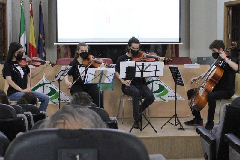 Un cuarteto de cuerda de alumnos del Conservatorio Superior de música pone el broche final a la entrega de premios de ortografía