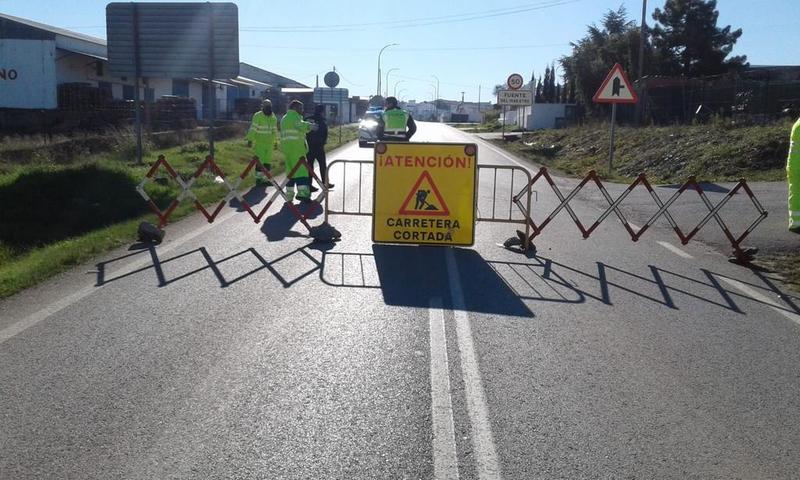 Corte al tráfico de la carretera BA-170 de Fuente del Maestre a Almendralejo, en el tramo de Fuente del Maestre a la intersección con la BA-002