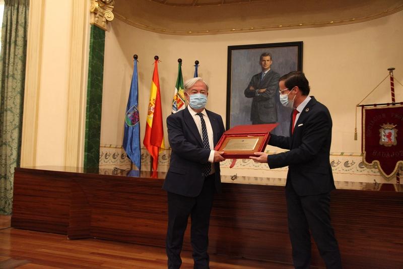 El salón de plenos de la Diputación acoge el homenaje a su Secretario General, José María Cumbres, por su jubilación