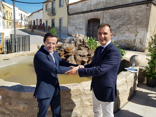 El presidente de la Diputación de Badajoz inaugura la Plaza Nueva de Esparragalejo