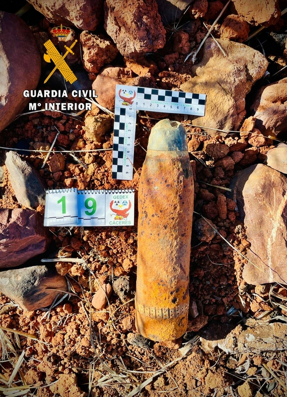 Desactivan dos proyectiles de artillería de la Guerra Civil hallados en una finca de Monterrubio de la Serena