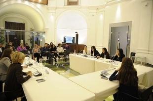 Una mesa redonda en la Asamblea de Extremadura analiza el tratamiento de la violencia de g�nero en los medios