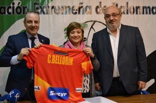 La directora general de Deportes destaca la labor de la Federaci�n Extreme�a de Balonmano en su 30 aniversario