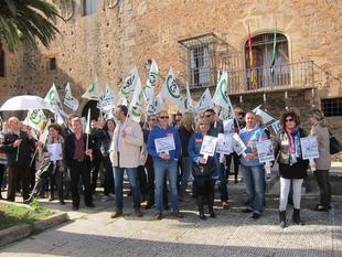Los trabajadores de la UEx se sienten ''discriminados'' por no haber percibido el resto de la paga extra de 2012