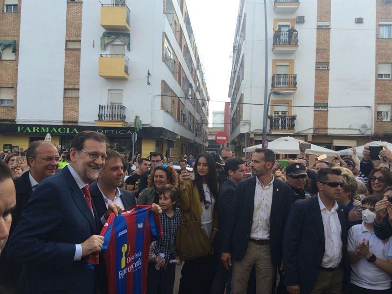 Rajoy recibe una camiseta del 'Extremadura' y se hace 'selfies' con vecinos de Almendralejo en su paseo por la ciudad