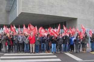 Cerca de 100 manifestantes de UGT y CCOO piden a la Junta la jornada de 35 horas semanales para los funcionarios