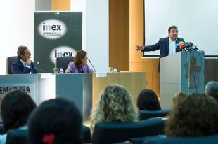 Fernández Vara considera necesario abordar también, desde la especialización, la violencia género en las personas mayores