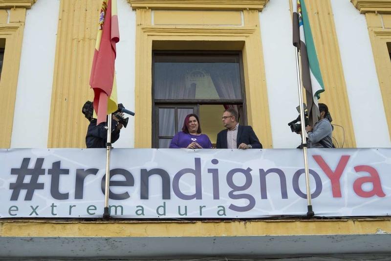 Begoña García participa en la colocación de la pancarta 'Por un tren digno Ya' en el Ayuntamiento de Mérida