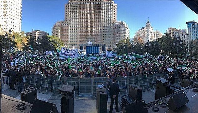 Miles de extremeños rebosan la Plaza de España de Madrid por un tren digno