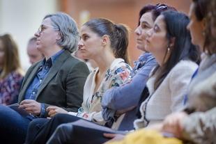 Leire Iglesias e Isabel Gil Rosiña asisten a la inauguración de la exposición África con rostro de mujer de Jesús López Santana