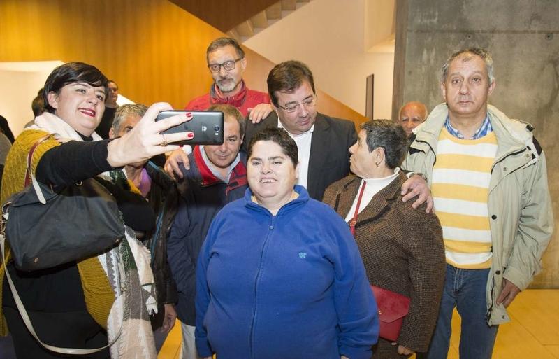 Fernández Vara apela al trabajo conjunto para seguir derribando los obstáculos que aún encuentran las personas con discapacidad