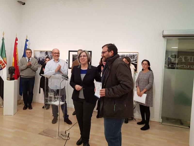 La consejera de Cultura entrega el premio al ganador del I Concurso Internacional de Fotografía 'Santiago Castelo'