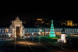Luces, escaparates y una gran decoración adornan las calles de Lisboa en Navidad
