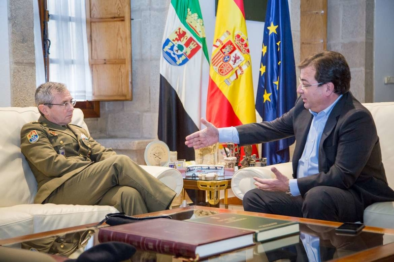 El presidente de la Junta de Extremadura recibió al general Francisco Dacoba, que se despide al frente de la Brigada Extremadura XI