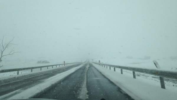 La nieve mantiene cortado al tráfico el Puerto de Honduras y la carretera CC-17.4