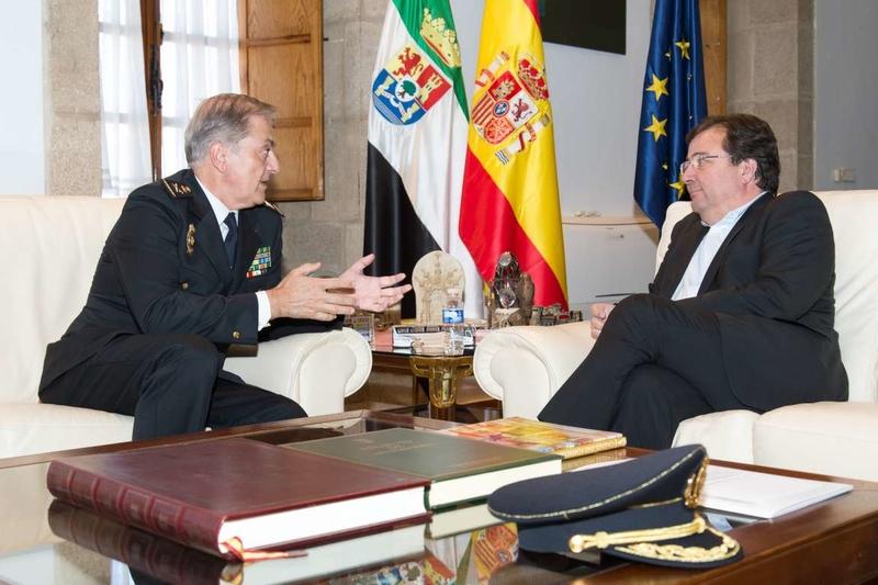El presidente de la Junta de Extremadura se reúne con el Jefe Superior de Policía de Extremadura, José Antonio Togores