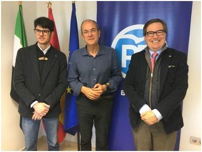 El Colegio de Fisioterapeutas de Extremadura se reúne con Monago para plantearle propuestas y demandas del colectivo