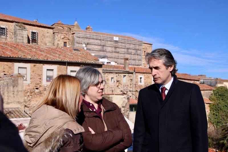 La consejera destaca que el proyecto de la Junta facilita la rehabilitación de la muralla de Cáceres