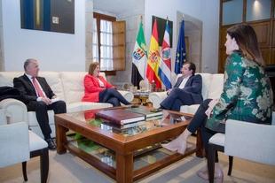El presidente de la Junta de Extremadura recibe a la embajadora de Costa Rica en España