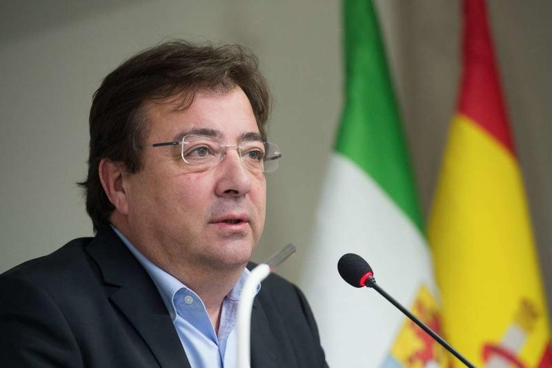 El presidente extremeño valora la importancia de la profesión veterinaria para el control sanitario de los alimentos